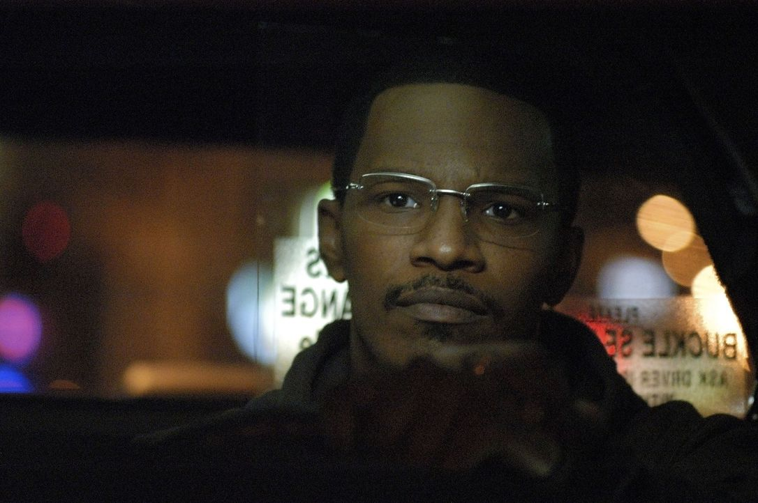Eines Nachts steigt ein unscheinbarer Fahrgast in Max' (Jamie Foxx) Taxi und bietet ihm 700 Dollar an, wenn er ihn die restliche Nacht durch Los Ang... - Bildquelle: TM &   Paramount Pictures. All Rights Reserved.