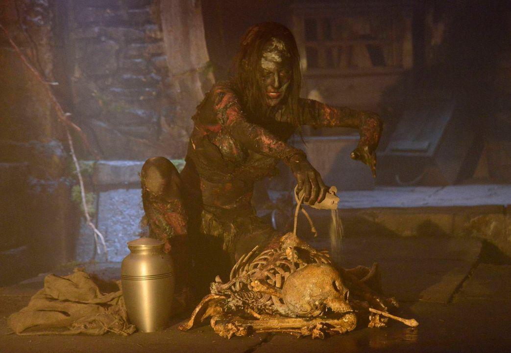 Serilda (Roxy Olin) die Hexe ist in die Gegenwart gelangt, und macht nun Jagd auf die Nachfahren der Menschen, die sie damals zum Tode auf dem Schei... - Bildquelle: 2013 Twentieth Century Fox Film Corporation. All rights reserved.