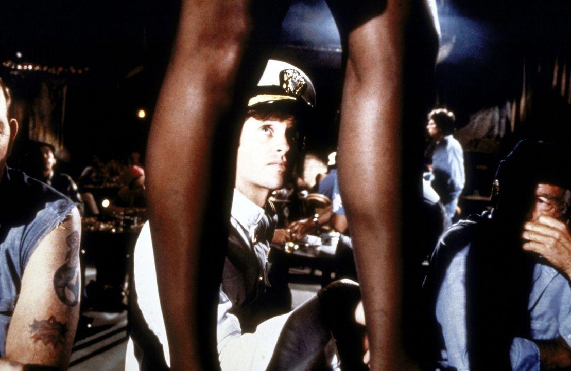 Harte Schale, weicher Kern: Der ehemalige Kampfpilot Ted Striker (Robert Hays, M.) ist leichter einzuschüchtern, als man vermutet ... - Bildquelle: Paramount Pictures