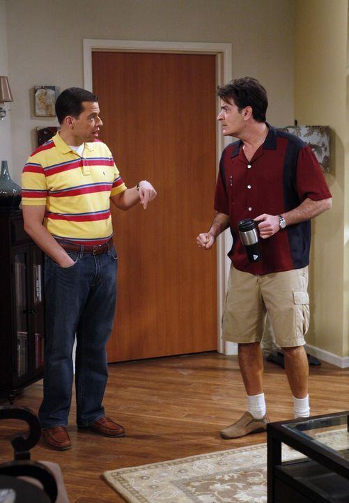 """Charlie (Charlie Sheen, r.) bietet seinem Bruder Alan (Jon Cryer, l.) 20 Dollar, wenn er das Katzenklo vom Kater """"Sir Lancelot"""" säubert. - Bildquelle: Warner Brothers Entertainment Inc."""