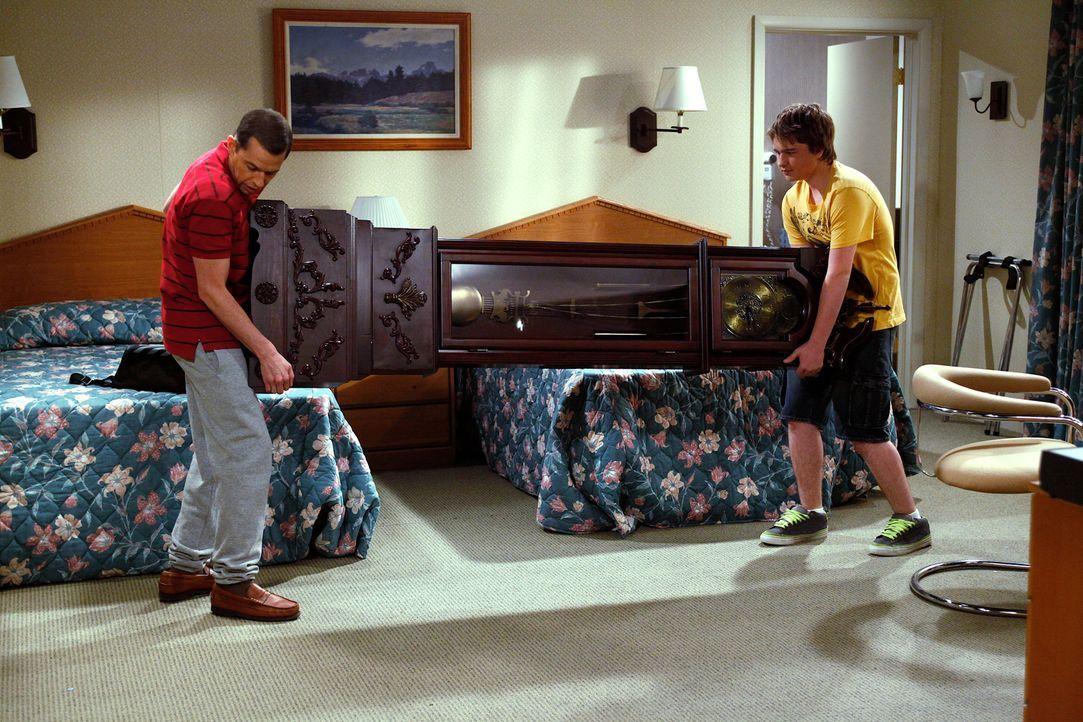 Alans (Jon Cryer, l.) Schwieger-Großvater ist gestorben und hat ihm eine wertvolle Standuhr vermacht. Gemeinsam mit seinem Sohn Jake (Angus T. Jones... - Bildquelle: Warner Brothers