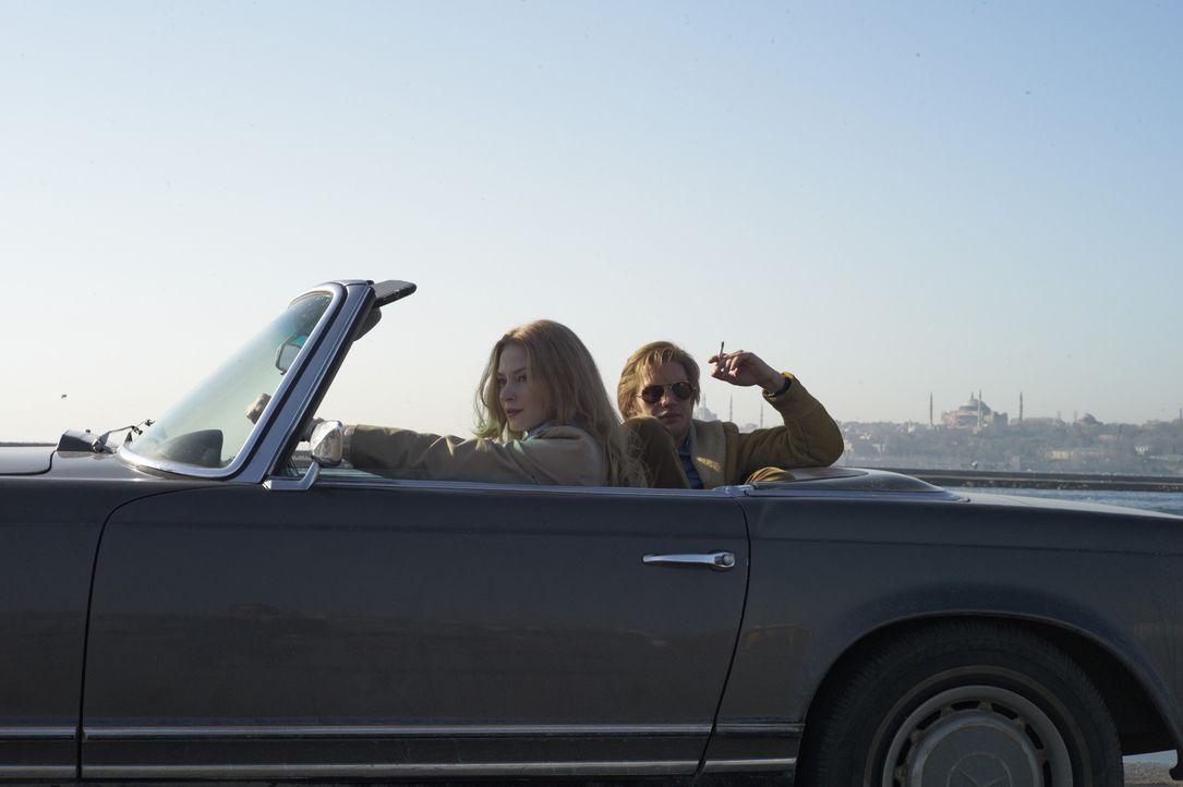 Können Ricki Tarr (Tom Hardy, r.) und Belinda (Amanda Fairbank-Hynes, l.) einen riesigen Skandal im britischen Geheimdienst aufdecken oder verstrick... - Bildquelle: Studiocanal GmbH