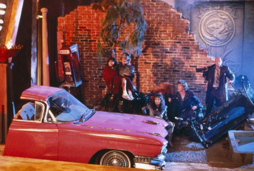 Auf der Suche nach dem kosmischen Schlüssel, den sie unbedingt vor Skeletor finden müssen, landen He-Man, Teela (Chelsea Field, M.) und Duncan (Jon... - Bildquelle: CANNON FILMS INC. AND CANNON INTERNATIONAL B. V