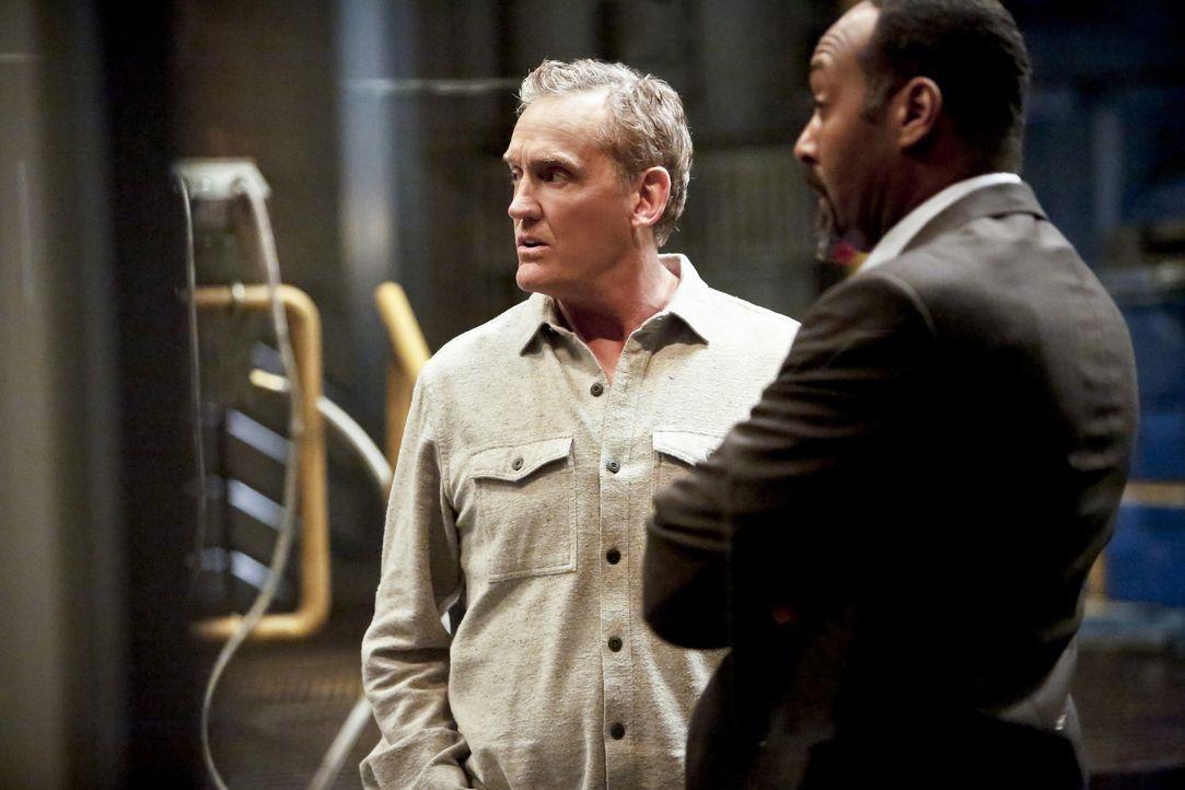 Henry (John Wesley Shipp, l.) und Joe (Jesse L. Martin, r.) versuchen, Barry aufzumuntern und bei der Entscheidung beizustehen, ob er wirklich das g... - Bildquelle: Warner Bros. Entertainment, Inc.