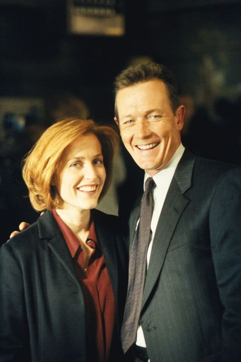 Doggett (Robert Patrick, r.) und Scully (Gillian Anderson, l.) untersuchen den Mord an einem Immobilienmakler. - Bildquelle: TM +   2000 Twentieth Century Fox Film Corporation. All Rights Reserved.