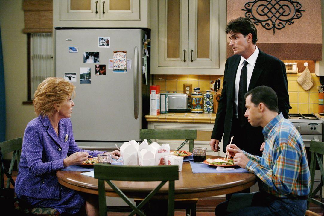 Charlie (Charlie Sheen, M.) ist nervös, als er dann doch zum Bankett geht, deshalb gibt Evelyn (Holland Taylor, l.) ihm eine ihrer Beruhigungspillen... - Bildquelle: Warner Brothers Entertainment Inc.