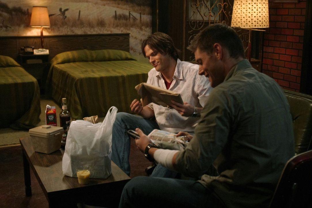 Übernatürliche Weihnachten: Sam (Jared Padalecki, l.) und Dean Winchester (Jensen Ackles, r.) ... - Bildquelle: Warner Bros. Television