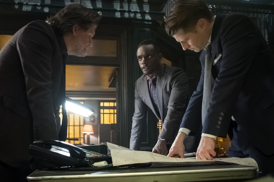 (v.l.n.r.) Harvey Bullock (Donal Logue); Lucius Fox (Chris Chalk); James Gordon (Ben McKenzie) - Bildquelle: 2017 Warner Bros.