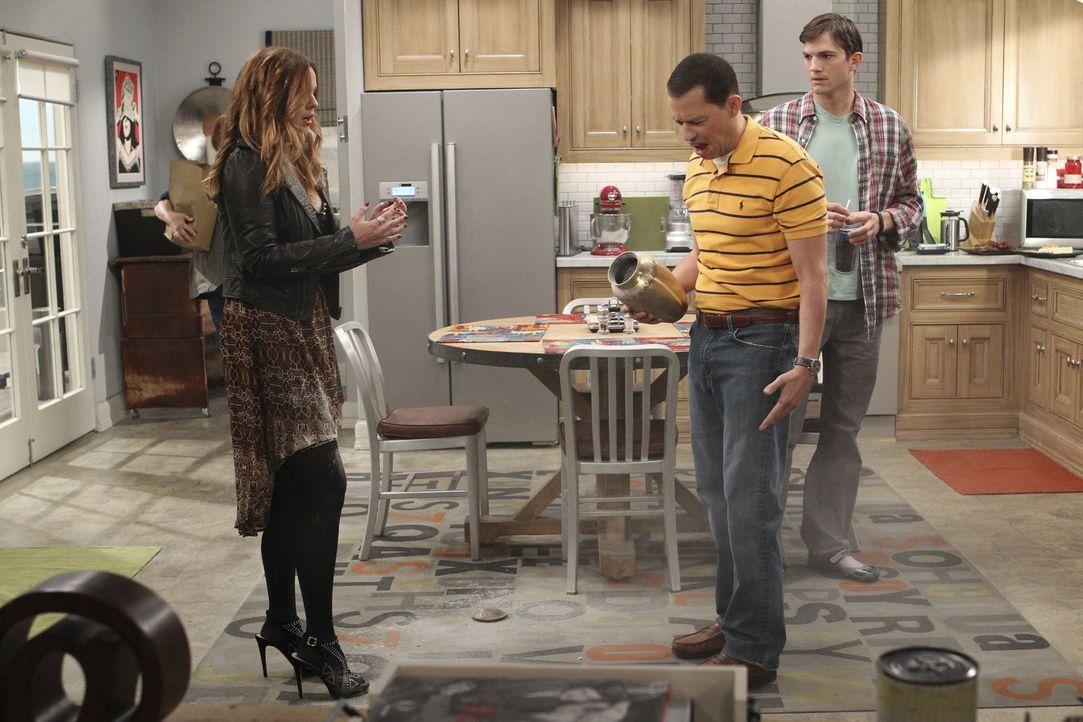 Als Jenny (Amber Tamblyn, l.) ihren Vater Charlie kennenlernen soll, stolpert Alan (Jon Cryer, M.) über Waldens (Ashton Kutcher, r.) Bein, und das C... - Bildquelle: Warner Brothers