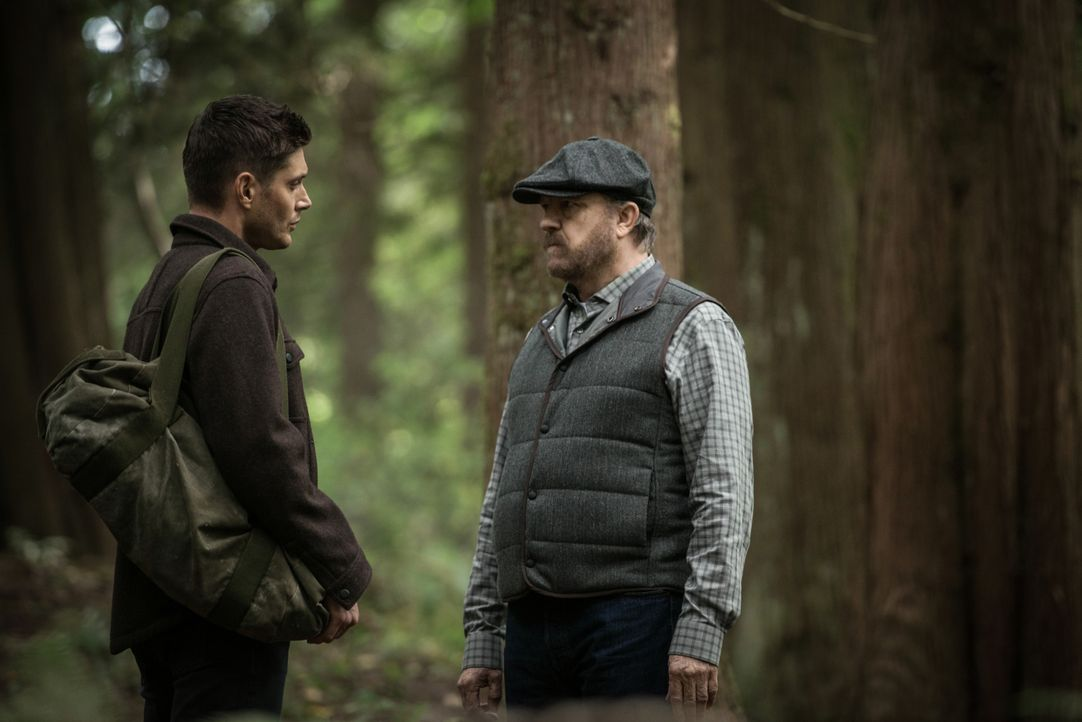 Dean Winchester (Jensen Ackles, l.); Bobby Singer (Jim Beaver, r.) - Bildquelle: Diyah Pera 2018 The CW Network, LLC All Rights Reserved / Diyah Pera