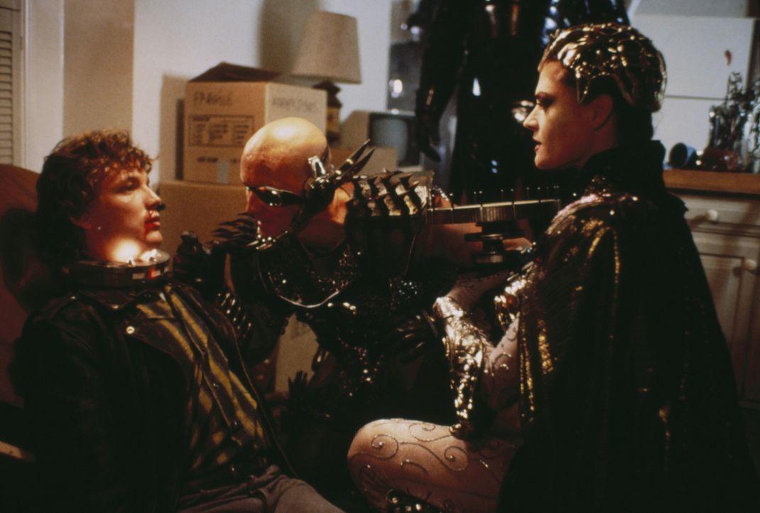 Um in den Besitz des zweiten kosmischen Schlüssels zu gelangen, versetzen Blade (Anthony DeLongis, M.) und Evil-Lin (Meg Foster, r.) den hilflosen K... - Bildquelle: CANNON FILMS INC. AND CANNON INTERNATIONAL B. V