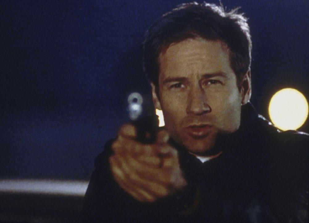 Mulder (David Duchovny) droht, den geheimnisvollen Raucher zu erschießen, wenn dieser ihm nicht sagt, was es mit der Verschwörung des Syndikats auf... - Bildquelle: TM +   2000 Twentieth Century Fox Film Corporation. All Rights Reserved.