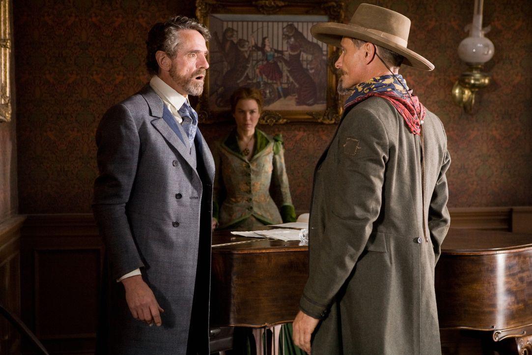Nachdem Randall Bragg (Jeremy Irons, l.) versucht, Allison (Renée Zellweger, M.) schöne Augen zu machen, fordert ihn Everett Hitch (Viggo Mortensen,... - Bildquelle: Warner Bros.
