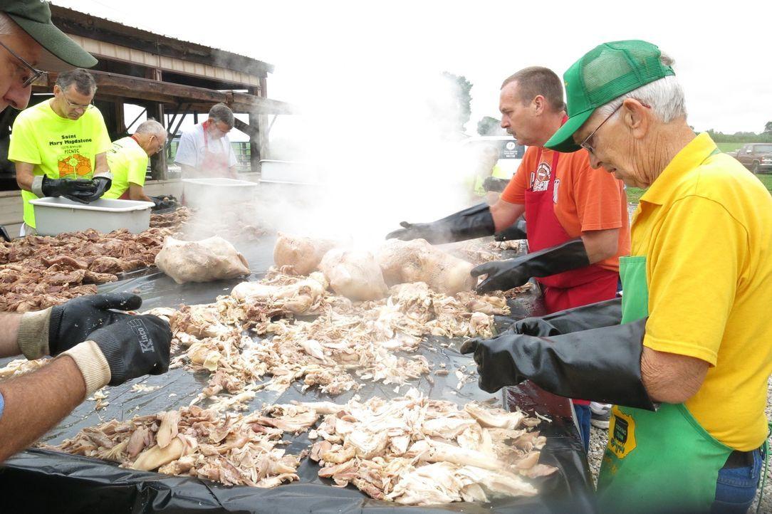 An einem hundert Meter langem Grill werden für das Wohltätigkeits-Barbecue mehrere tausend Kilo Hähnchen, Schweine- und Hammelfleisch verarbeitet -... - Bildquelle: 2015,Cooking Channel, LLC. All Rights Reserved.