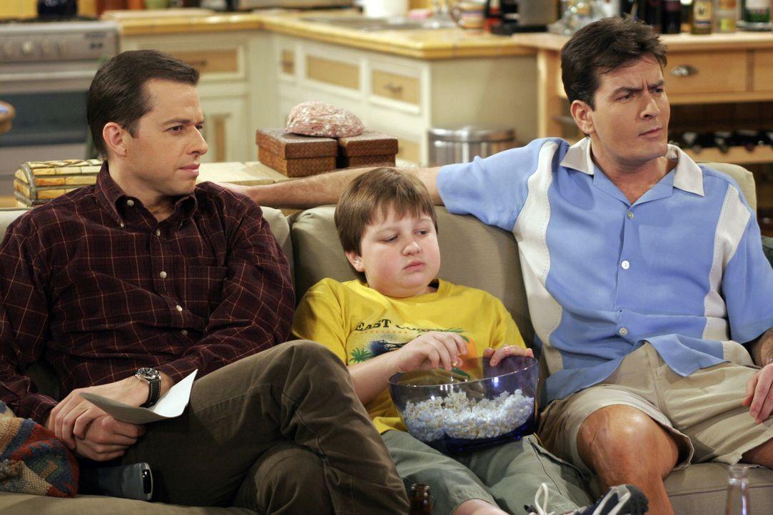 Jake (Angus T. Jones, M.) kann die ständigen Streitereien von Charlie (Charlie Sheen, r.) und Alan (Jon Cryer, l.) nicht mehr ertragen ... - Bildquelle: Warner Bros. Television