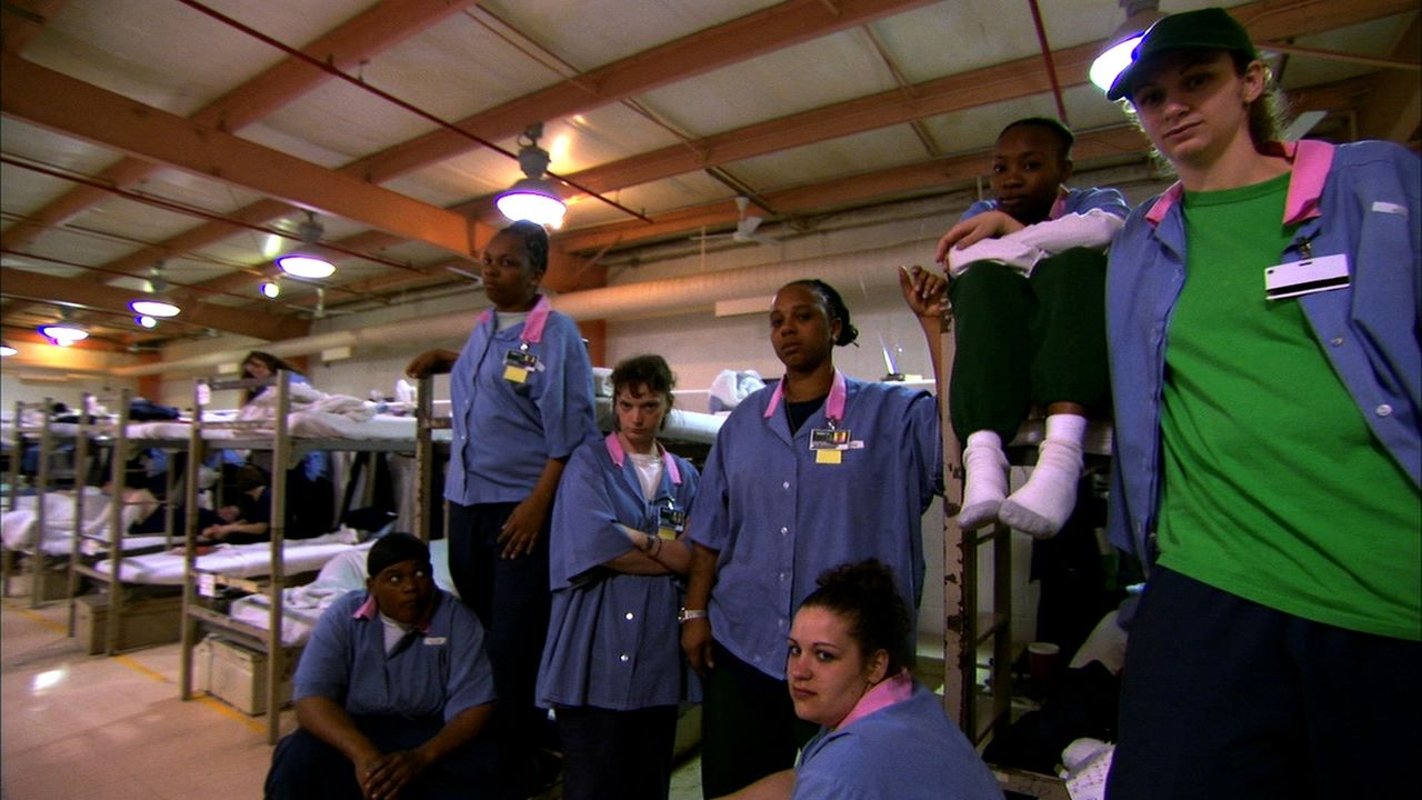 Die Insassinnen suchen sich in den Mauern des Gefängnisses einfach neue Familien ... - Bildquelle: 2010 NGC Network US, LLC All Rights Reserved