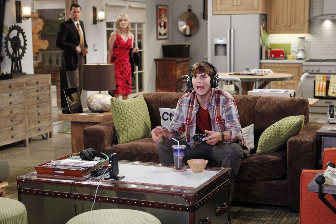 Alan (Jon Cryer, l.) und Lyndsey (Courtney Thorne-Smith, M.) wollen mit Walden (Ashton Kutcher, r.) essen gehen, da er sich so einsam fühlt. Doch do... - Bildquelle: Warner Brothers Entertainment Inc.