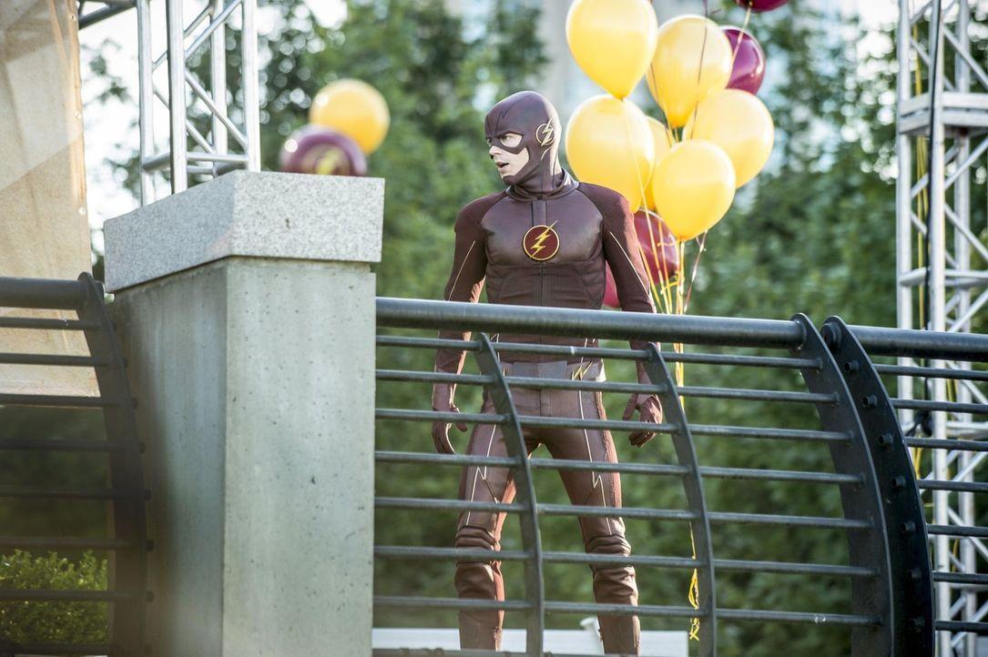 Gelingt es Iris, Barry alias The Flash (Grant Gustin) davon zu überzeugen, sich beim Fest zu Ehren des Retters von Central City blicken zu lassen? - Bildquelle: 2015 Warner Brothers.
