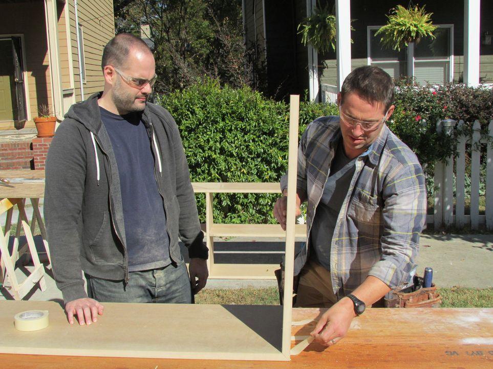 (10. Staffel) - Er greift verzweifelten Heimwerkern unter die Arme und hilft ihnen bei der Renovierung: Bauunternehmer Josh Temple (r.) ... - Bildquelle: 2013, DIY Network/Scripps Networks, LLC. All Rights Reserved.