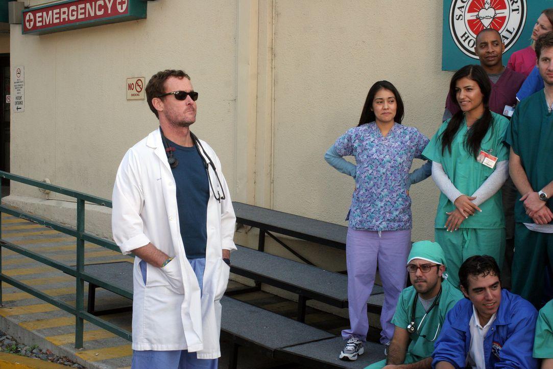 Dr. Phil Cox (John C. McGinley)  ist gespannt, ob Carla alle Krankenhausangestellten für ein Gruppenfoto zusammen bekommt ... - Bildquelle: Touchstone Television