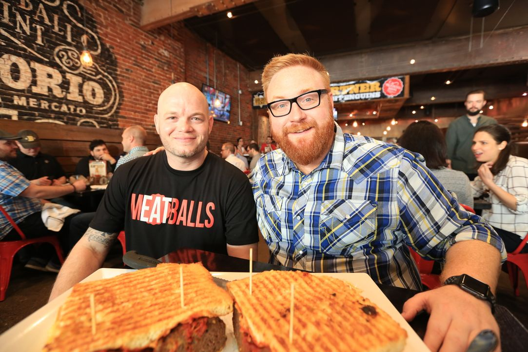 "Food-Fanatiker Josh Denny (r.) stattet Küchenchef Donnie Amman (l.) im ""Emporio"" in Pittsburgh einen Besuch ab ... - Bildquelle: 2017,Television Food Network, G.P. All Rights Reserved"
