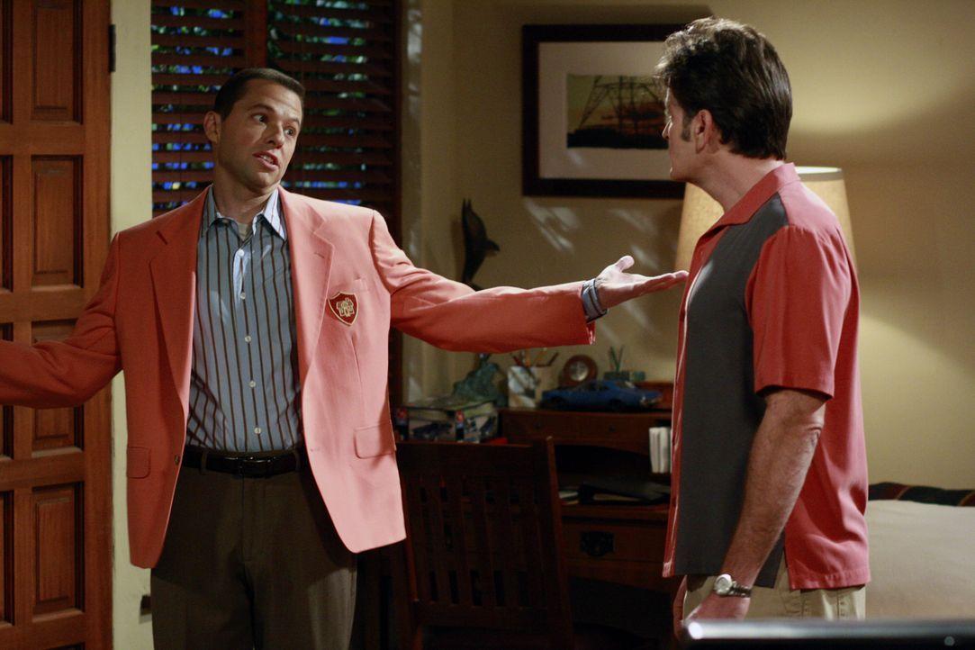 Während Charlie (Charlie Sheen, r.) Probleme mit Jake hat, nimmt Alan (Jon Cryer, l.) in der Immobilienagentur seiner Mutter einen Aushilfsjob an, w... - Bildquelle: Warner Bros. Television
