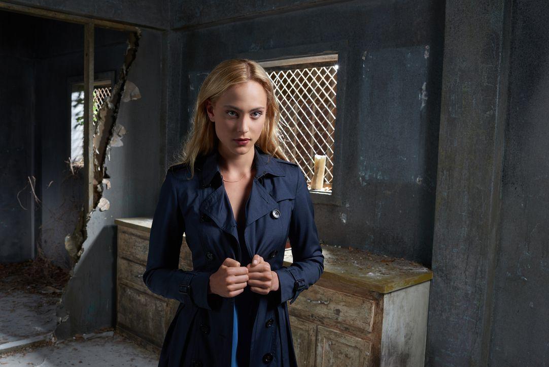 (2. Staffel) - Geheimdienstagentin Chloe (Nora Arnezeder) setzt ihr eigenes Leben aufs Spiel, um die Tiere vor der Ausrottung zu retten ... - Bildquelle: Timothy Kuratek 2016 CBS Broadcasting Inc. All Rights Reserved.