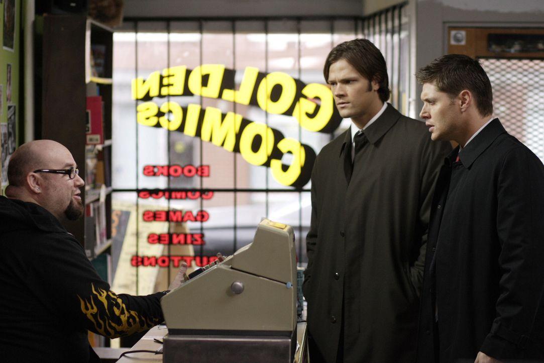 """Sam (Jared Padalecki, M.) und Dean (Jensen Ackles, r.) sind entsetzt, als sie auf eine Comicreihe namens """"Supernatural"""" stoßen, die ihr Leben als G... - Bildquelle: Warner Bros. Television"""