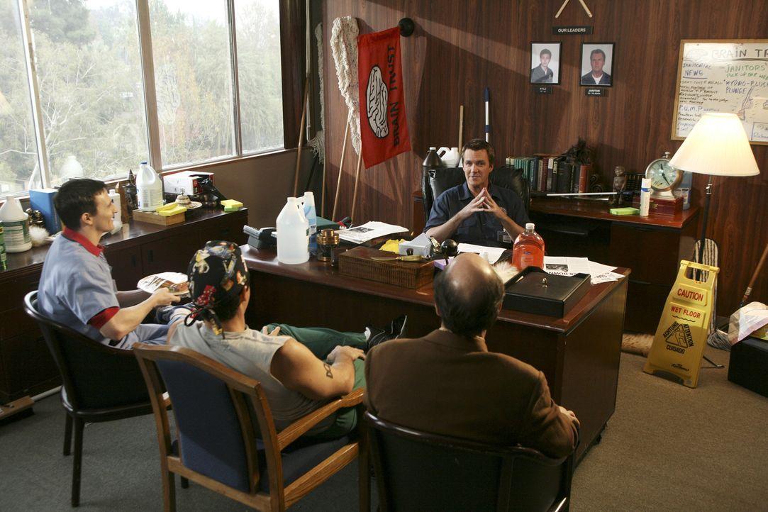 """Im """"Brain Trust""""-Club geht es heiß her: Der Hausmeister (Neil Flynn, hinten) gründet ihn gemeinsam mit Ted (Sam Lloyd, r.), Todd (Robert Maschio, M.... - Bildquelle: Touchstone Television"""