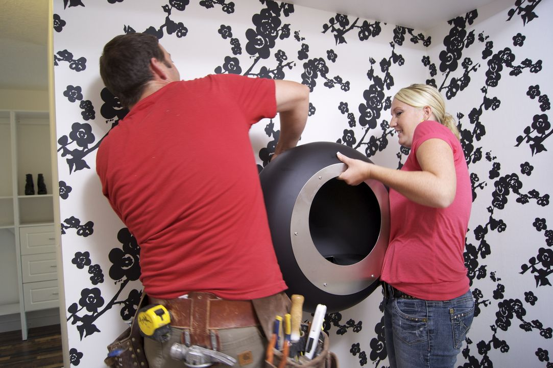 Gemeinsam bauen sie einen Schrank mit Hintertürchen: Josh (l.) und Stefanie (r.) ... - Bildquelle: 2009, DIY Network/Scripps Networks, LLC