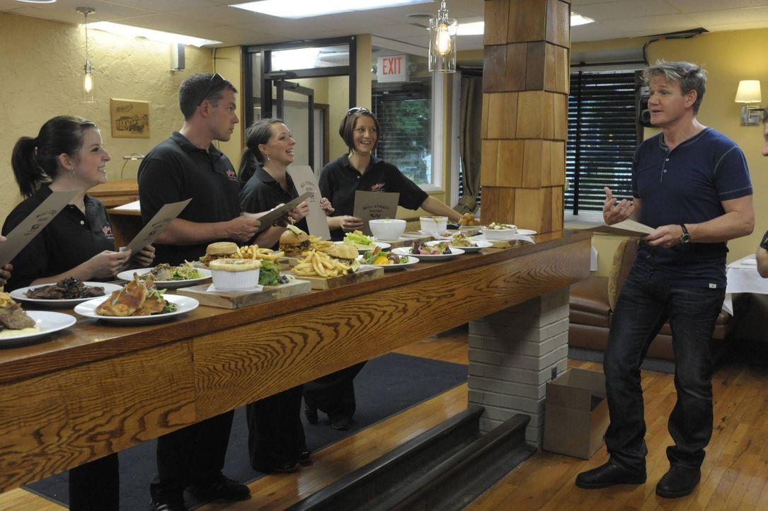 """Heute ist Gordon Ramsay (r.) im Restaurant """"Mill Street Bistro"""" in Norwalk, Ohio, zu Besuch. Nachdem der Besitzer Joe Nagy einst seinen Job im Leben... - Bildquelle: Jeff Neira FOX / Jeff Neira"""