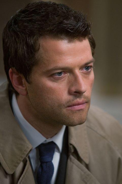 Während Sam nicht mehr als Jäger arbeiten möchte, versucht Dean die Apokalypse zu bekämpfen und arbeitet mit Castiel (Misha Collins) Hand in Hand ..... - Bildquelle: Warner Brothers