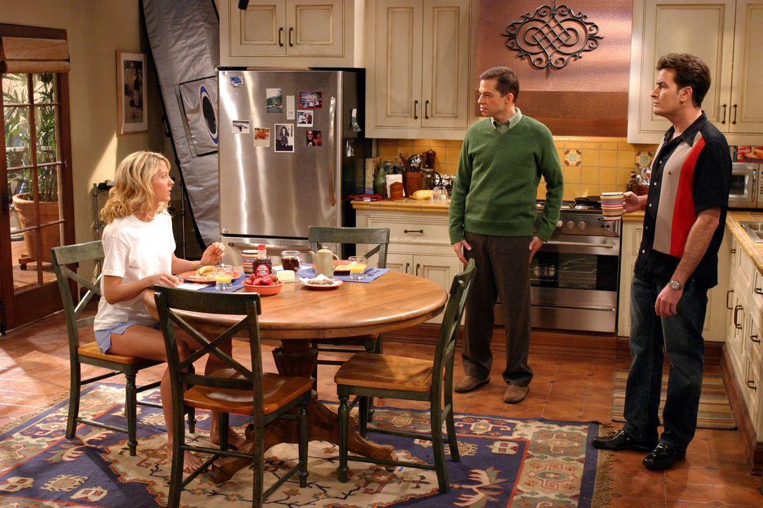 Nachdem Frankie (Jenna Elfman, l.) Charlie (Charlie Sheen, r.) klargemacht hat, dass sie niemals Sex mit ihm haben wird, malt sich Alan (Jon Cryer,... - Bildquelle: Warner Brothers Entertainment Inc.