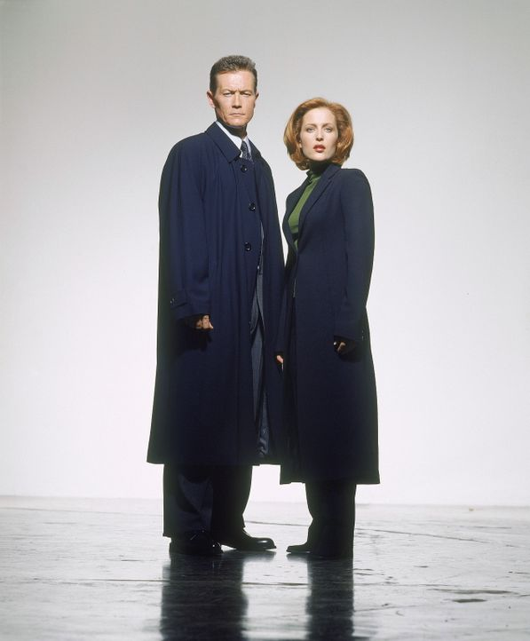 (8. Staffel) - FBI-Agentin Dana Scully (Gillian Anderson, r.) und ihr neuer Partner John Doggett (Robert Patrick, l.) machen sich auf die Suche nach... - Bildquelle: TM +   2000 Twentieth Century Fox Film Corporation. All Rights Reserved.