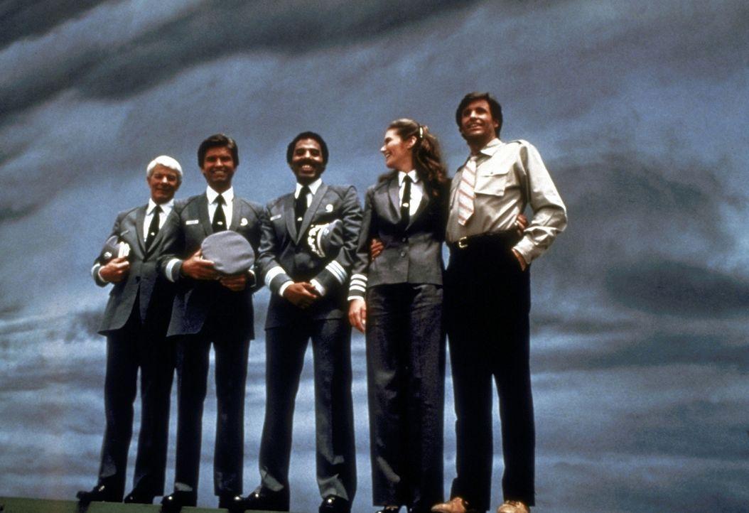 Captain Oveur (Peter Graves, l.), Unger (Kent McCord, 2.v.l.), Dunn (James A. Watson Jr., M.), Elaine (Julie Hagerty, 2.v.r.) und Ted Striker (Rober... - Bildquelle: Paramount Pictures