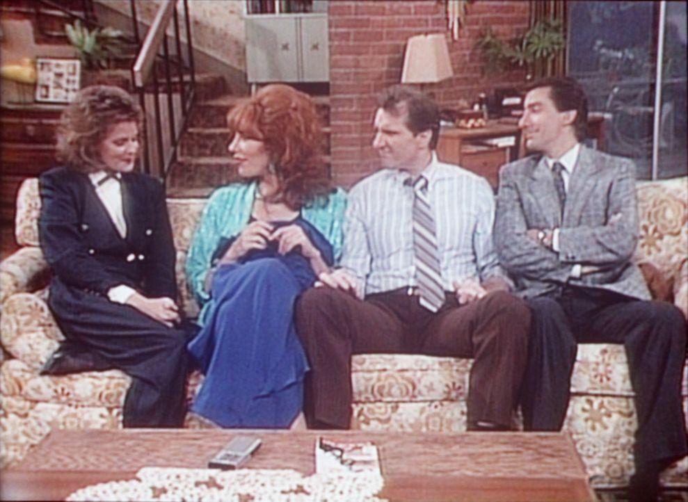 Al (Ed O'Neill, 2.v.r.) und Peggy (Katey Sagal, 2.v.l.) erzählen Marcy (Amanda Bearse, l.) und Steve (David Garrison), dass sie zu einem Schultreffe... - Bildquelle: Sony Pictures Television International. All Rights Reserved.