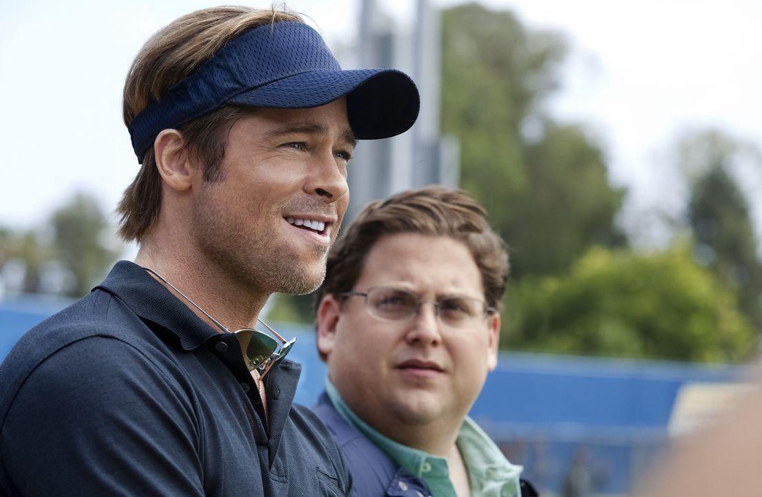 Weil seine Oakland As nur wenige finanzielle Mittel zur Verfügung haben, greift Baseball-Manager Billy Beane (Brad Pitt, l.) zu ungewöhnlichen Maßna... - Bildquelle: 2011 Columbia TriStar Marketing Group, Inc.  All rights reserved.