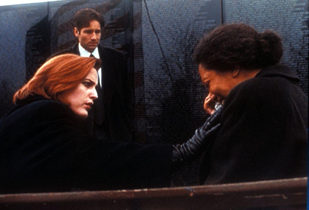 Scully (Gillian Anderson, l.) und Mulder (David Duchovny, M.) verhören eine völlig verstörte Witwe eines in Vietnam gefallenen Soldaten. - Bildquelle: TM +   2000 Twentieth Century Fox Film Corporation. All Rights Reserved.