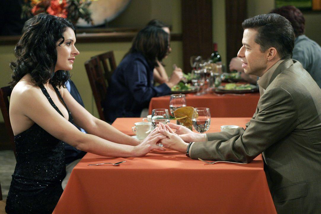 Alan (Jon Cryer, r.) ist begeistert von Jamie (Paget Brewster, l.). Doch, dass sie nur ein gemeines Spiel spielt, ahnt er nicht ... - Bildquelle: Warner Bros. Television
