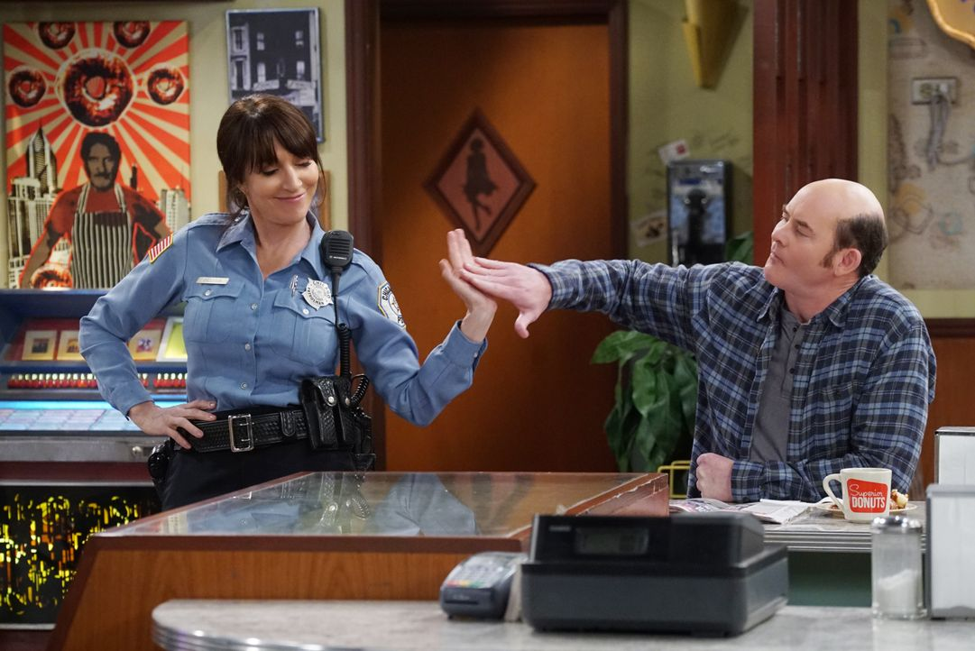Während sich Randy (Katey Sagal, l.) an einer Spendenaktion für Franco beteiligt, lässt Tush (David Koechner, r.) ein neues Medikament an sich teste... - Bildquelle: Monty Brinton 2017 CBS Broadcasting, Inc. All Rights Reserved / Monty Brinton
