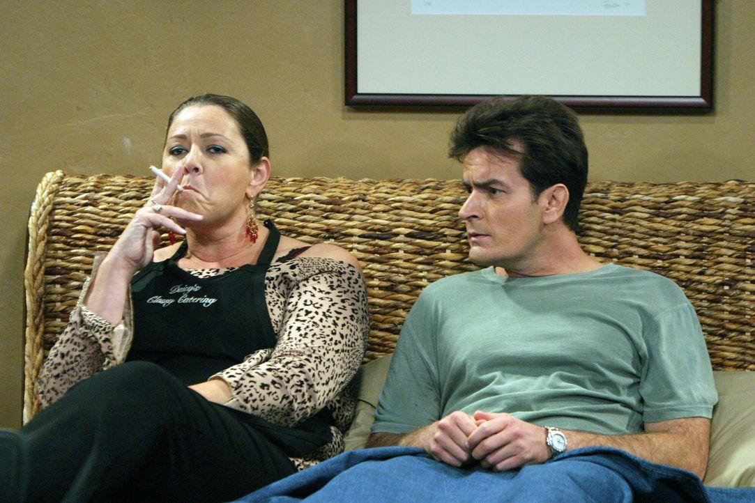 Schon nach kurzer Zeit, bereut es Charlie (Charlie Sheen, r.), dass er Daisy (Camryn Manheim, l.) für das Catering engagiert hat ... - Bildquelle: Warner Bros. Television
