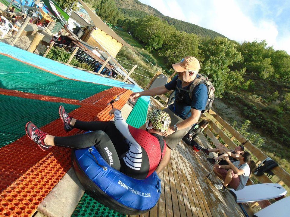 Der Drop-in Cerdanya Water Jump Park in Err, Frankreich, bietet 14 Rutschen, acht davon für Flüge mit Skiern, Boards und sogar mit Fahrrädern ... - Bildquelle: 2016,The Travel Channel, L.L.C. All Rights Reserved.