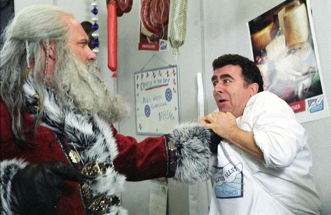 Santa Claus (Bill Goldberg, l.) ist des Satans Sohn. Nach einer verlorenen Wette gegen einen Engel ist er dazu verurteilt, tausend lange Jahre Gutes... - Bildquelle: E.M.S. New Media AG