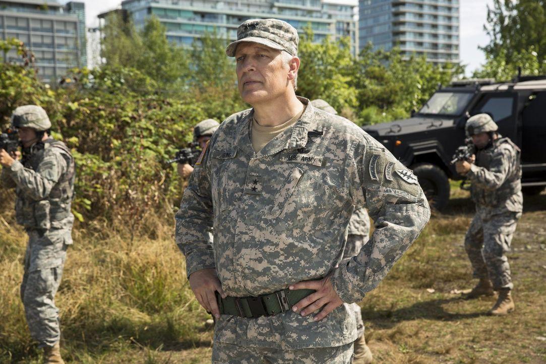Als in der Innenstadt eine Bombe detoniert, übernimmt zu Joes großer Überraschung General Eiling (Clancy Brown, M.) und seine Army den Fall ... - Bildquelle: Warner Brothers.