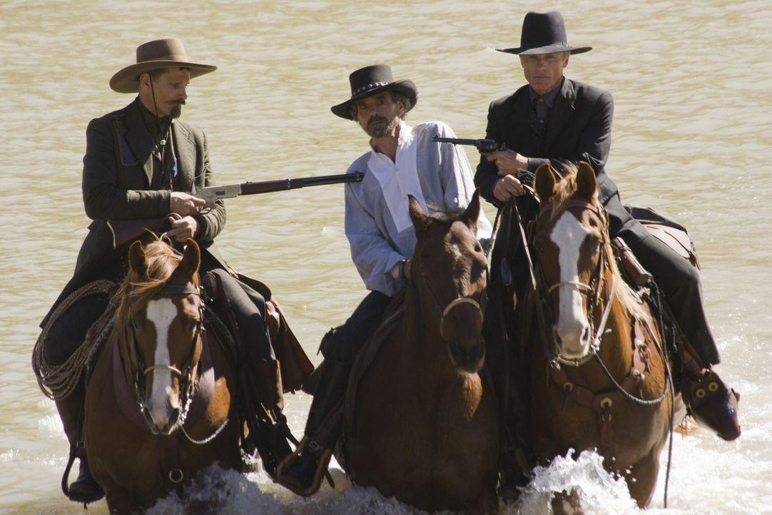 Endlich! Randall Bragg (Jeremy Irons, M.) wird von Virgil (Ed Harris, r.) und Everett (Viggo Mortensen, l.) geschnappt. Er soll jetzt zur Rechenscha... - Bildquelle: Warner Bros.