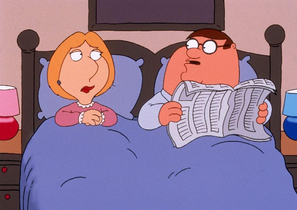 (4. Staffel) - Muss sich Lois (l.) jetzt Sorgen machen? Ihr Mann Peter (r.) liest im Bett ... - Bildquelle: TM +   2005 Twentieth Century Fox Film Corporation. All Rights Reserved.
