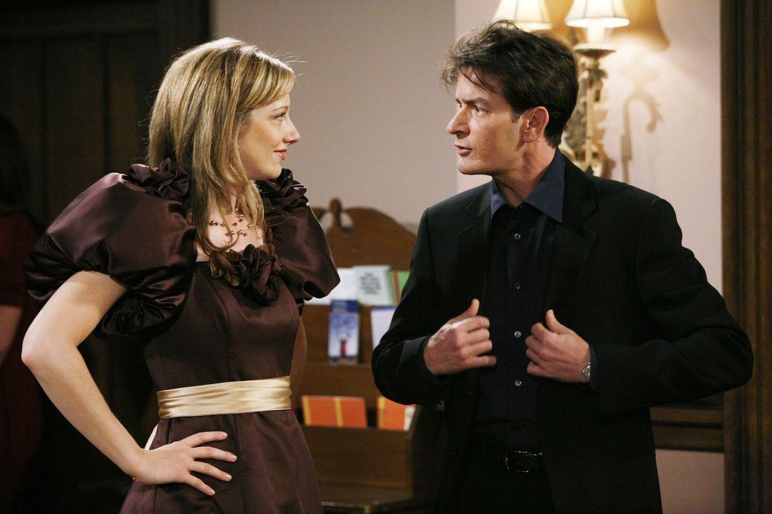 Als Brautjungfer Myra (Judy Greer, l.) ihren Begleiter wählt, entscheidet sie sich für Charlie (Charlie Sheen, r.). In der Kirche muss Charlie zum e... - Bildquelle: Warner Brothers Entertainment Inc.