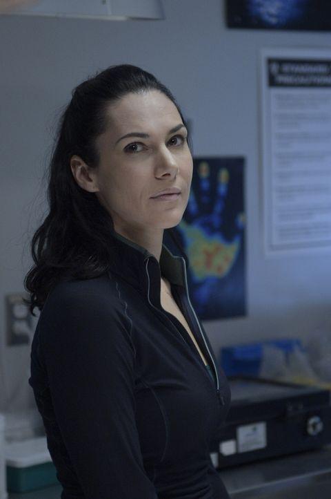 Julia (Kyra Zagorsky) entscheidet sich dazu, Sarah zu helfen, doch die Zeit rennt ihr davon ... - Bildquelle: 2014 Sony Pictures Television Inc. All Rights Reserved.