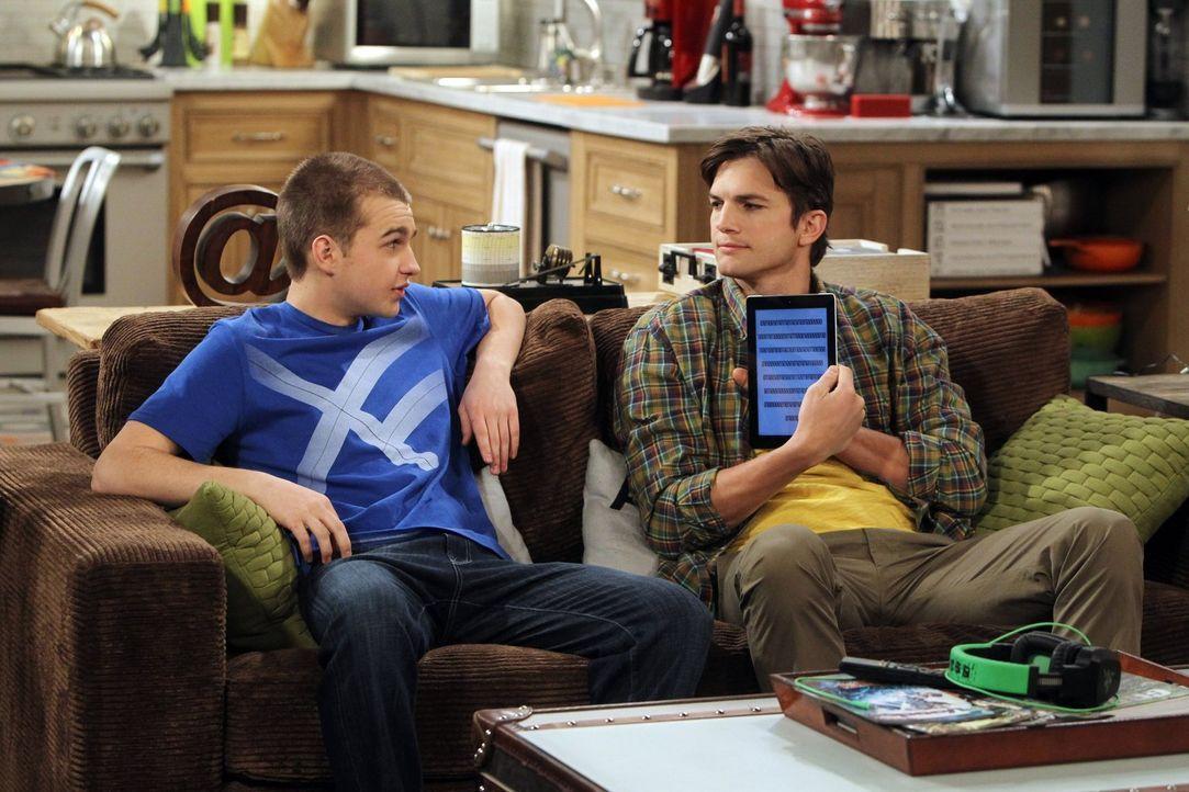 Walden (Ashton Kutcher, r.) ist etwas schockiert, als Jake (Angus T. Jones, l.) ihm anvertraut, dass er seine 36-jährige Freundin Tammy heirateten m... - Bildquelle: Warner Brothers Entertainment Inc.