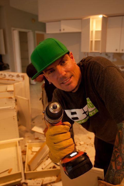 Eine Menge Reparaturarbeiten stehen hier für das Team an, da legt selbstverständlich auch Vanilla Ice (Foto) wie immer Hand an ... - Bildquelle: 2014, Departure Films.
